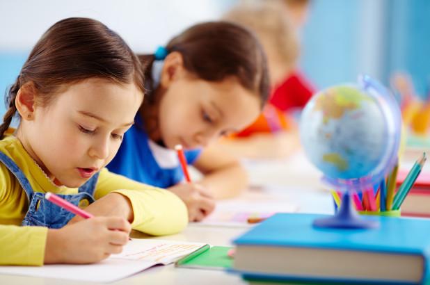 hai bé gái ngồi học bài